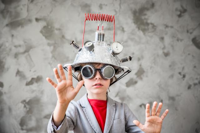 Enfant innove avec un casque de réalité virtuelle