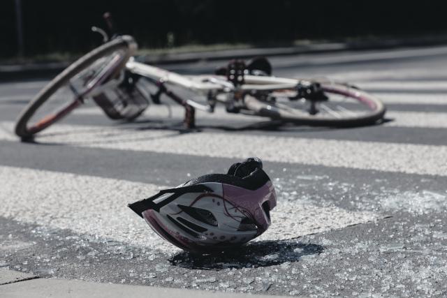 Chute de vélo avec un casque