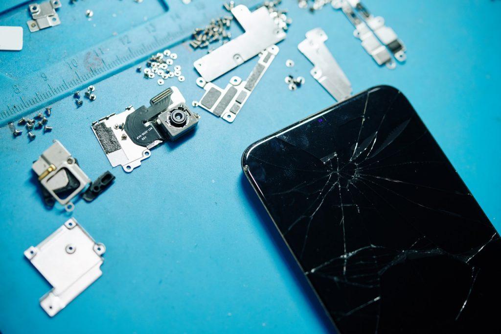 Smartphone moderne craqué