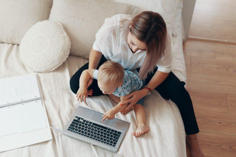 Concept multi-taches freelance et enfant