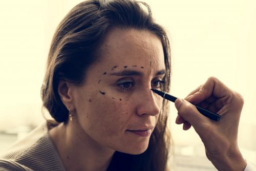 Une femme consulte sur la chirurgie plastique