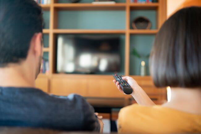 couple regarde la tv avec box android