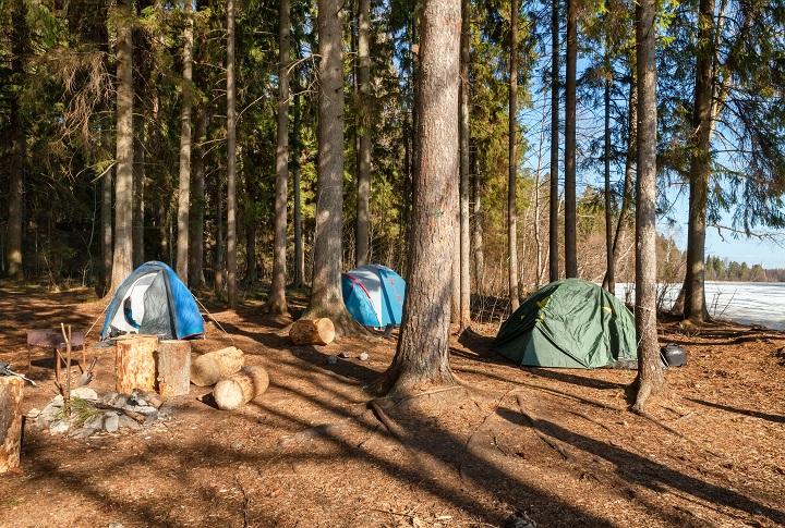 Camp touristique avec tentes